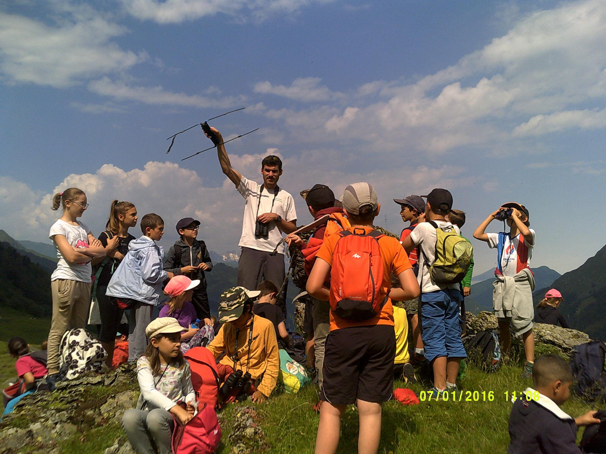 Les enfants découvrent le fonctionnement de l'antenne radio pour repérer les bouquetins.