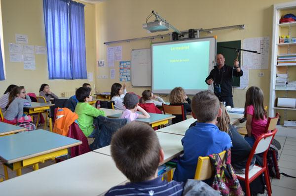 À l'école, présentation de l'antenne de suivi