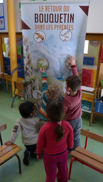 Les enfants de l'école d'Ercé jouent avec les outils pédagogiques