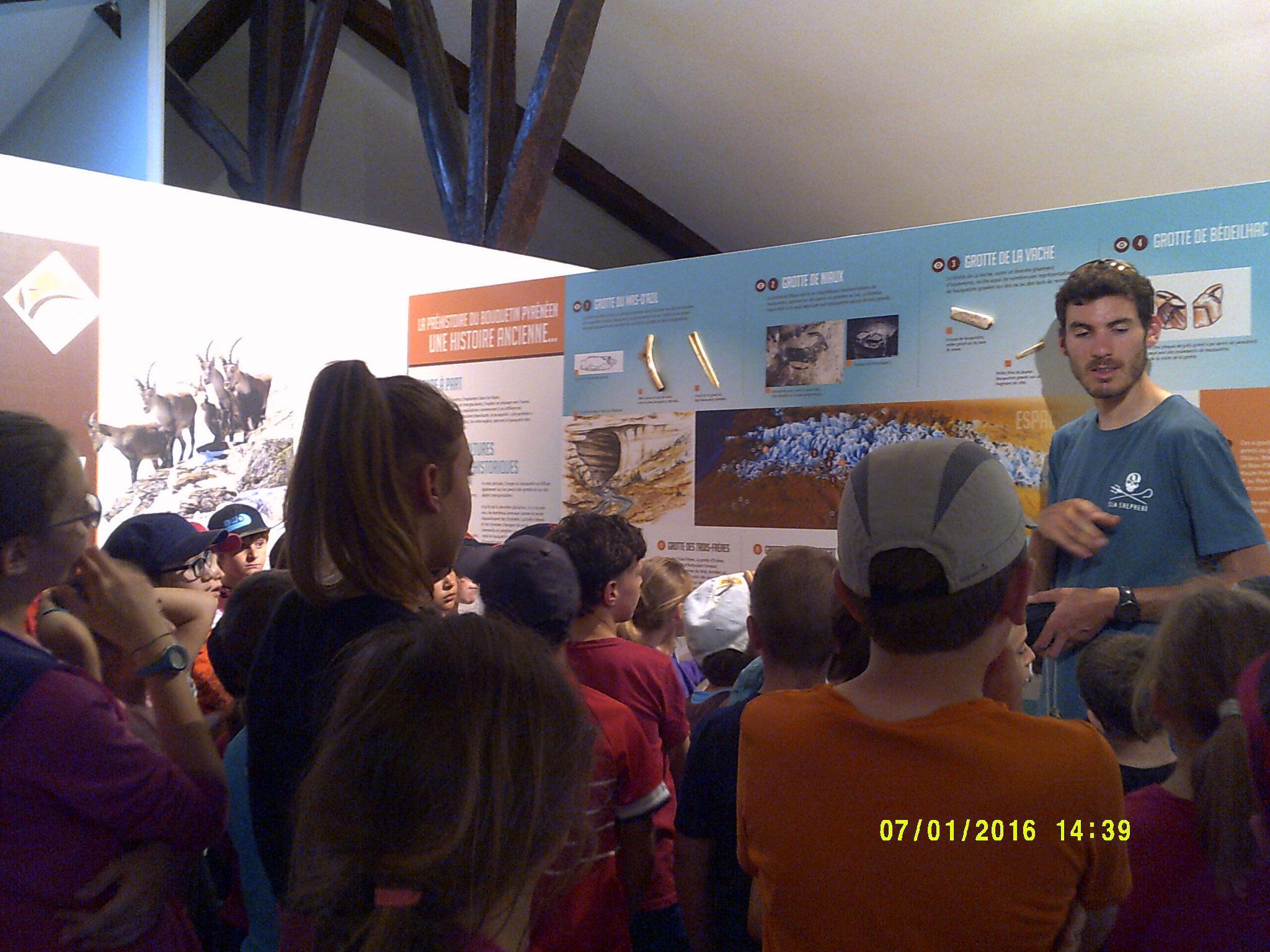 Les enfants visitent l'exposition au château de Seix.